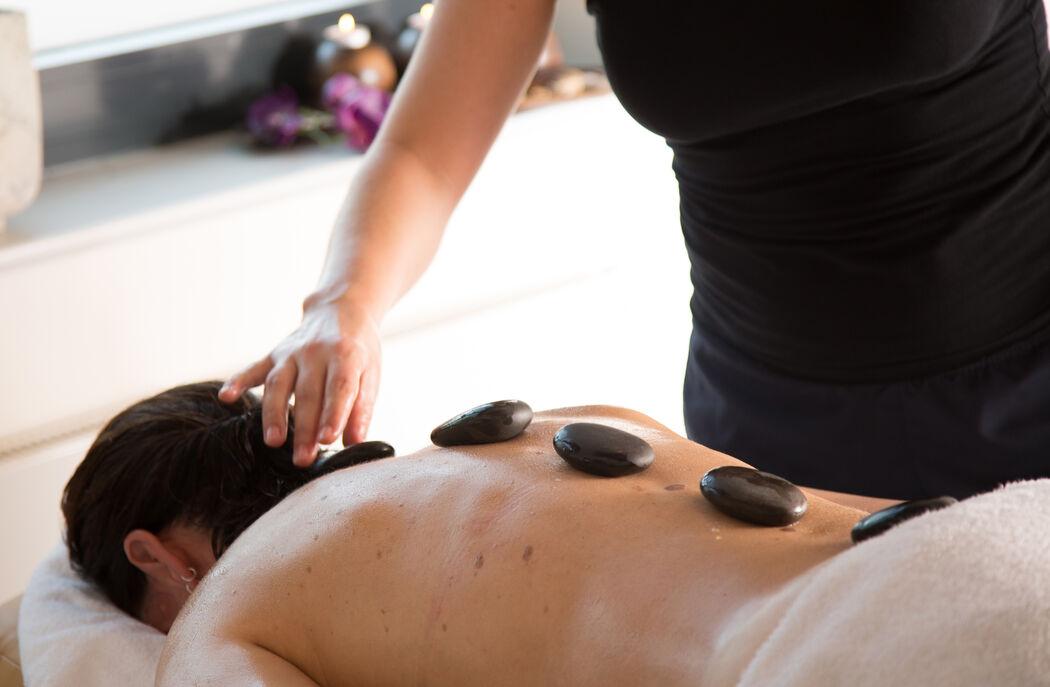 Die GraftTherme bietet vielfältige Wellnessanwendungen mit Massagen, Partnermassagen im Private Spa und professionellen Kosmetikbehandlungen.