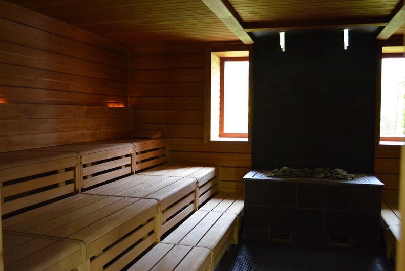 In der finnischen Sauna finden regelmäßig Aufgüsse statt.