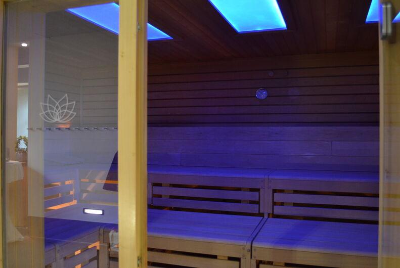 Die Vitalsauna liegt im Innenbereich der GraftTherme und sorgt auch mit einem Farblichtwechsel für Entspannung.